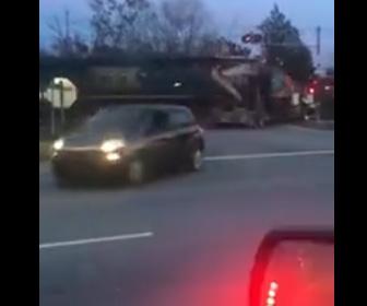【動画】ショベルカーを運ぶ大型トラックが踏み切りで動けなくなり、猛スピードの電車が…