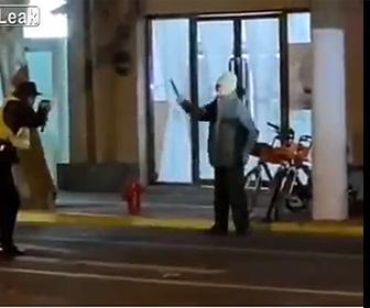 【動画】両手に包丁を持った男が警察に囲まれ警察官に斬りかかる衝撃映像