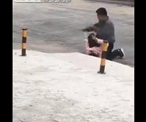 【動画】ナイフを持った男が路上で女性に襲いかかる衝撃映像