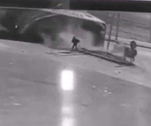 【動画】男性の目の前で大型トラック2台が激突する衝撃事故映像