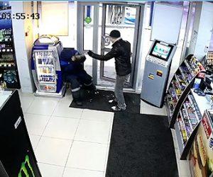 【動画】強盗がガソリンスタンド店員に催涙スプレーをかけレジから現金を奪う衝撃映像