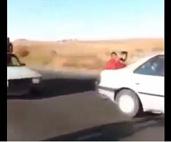 【閲覧注意動画】前の車に追突してしまった2人乗りバイクが対向車線にはみ出し…