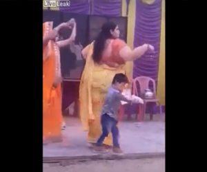 【動画】インド舞踊を踊る巨漢女性が少年を潰してしまう衝撃映像
