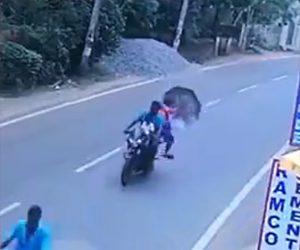 【動画】猛スピードで走るバイクの後ろに乗りながら傘を開いた結果…