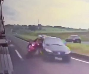 【動画】猛スピードで走る2人乗りバイクに車が後ろから突っ込みバイクが転倒。横を走るトラックに…