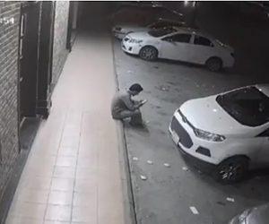 【動画】座ってスマホを見ている男性に猛スピードの車が突っ込んでくる衝撃映像