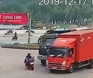 【動画】交差点でスクーターが2台の大型トラックに激突してしまうが…