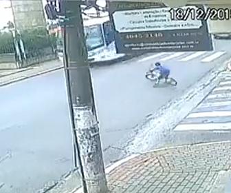【動画】自転車に乗る少年が猛スピードで道に飛び出しバスに轢かれてしまう衝撃映像