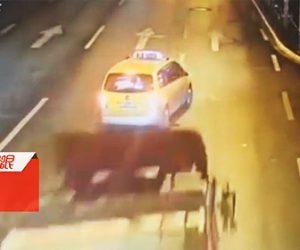 【動画】車道の真ん中で止まったタクシーにコンクリートブロックを積んだトラックが突っ込む