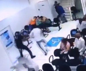 【閲覧注意動画】強盗2人 VS 3人の警備員 銀行で激しい戦い