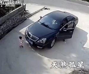 【動画】父親が誤って車に前にいた娘を轢いてしまう衝撃事故映像