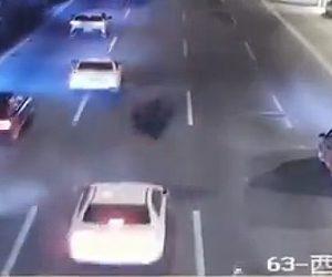 【動画】道を走る大型トラックのタイヤが外れ、後続車のフロントガラスにタイヤが突っ込む衝撃映像