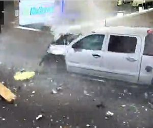 【動画】猛スピードの車が空港の壁を突き破り、手荷物カウンターに突っ込む衝撃事故映像