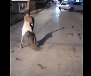 【閲覧注意動画】車道の真ん中でパフォーマンスしている男性に恐ろしい事が起こってしまう衝撃映像