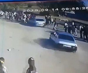 【動画】初心者ドライバーが歩行者の列に突っ込んでしまう衝撃事故映像