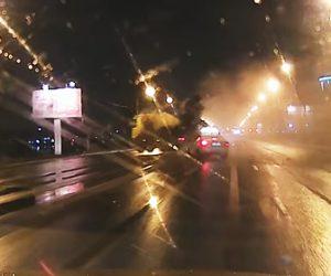 【動画】猛スピードのミキサー車がコントロールを失い川に突っ込んで行く衝撃事故映像