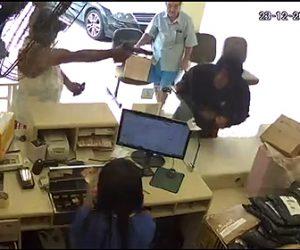 【閲覧注意動画】郵便局に武装強盗3人が現れるがカウンターに非番の警官が…