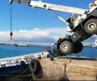 【動画】クレーンで600ガロンのディーゼル燃料が入ったコンテナを船に積み込もうとするがクレーンが倒れ…