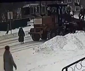 【動画】除雪車がバックし後ろを歩いていたお婆さんを轢いてしまう衝撃映像