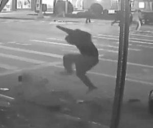 【動画】男性2人がクリスマスイブに強盗に襲われ路上で激しい暴行を受ける衝撃映像