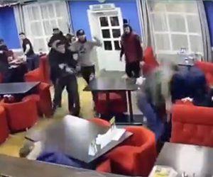 【動画】カフェで男達の大乱闘が始まり、銃を取り出した男が…