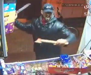 【動画】斧を持った強盗と木の棒を持った店主が激しい戦いをする衝撃映像