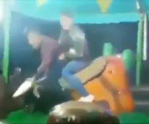 【動画】ロデオマシーンに乗る男性2人の動きが面白すぎる衝撃映像