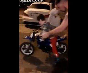 【動画】少年が買ってもらったミニバイクに乗ろうとするが…