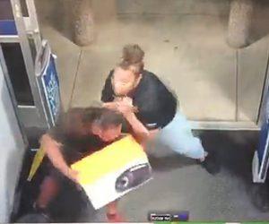 【動画】商品を万引きしようとする男VS女性従業員 店の入口で激しい戦い