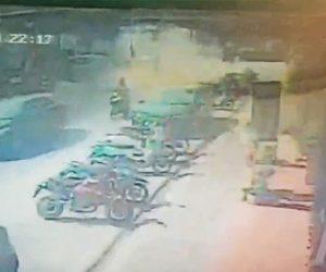 【動画】突然マンホールが爆発、マンホールの上を走っていたスクーターが吹き飛ばされる衝撃映像