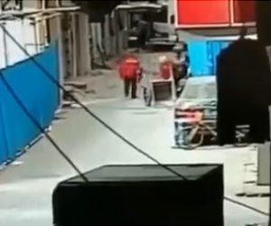 【動画】建物の窓が落下し下を歩いていた作業員に直撃してしまう衝撃映像