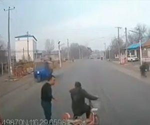 【動画】トラックの進路を妨害する女に恐ろしい事が起こる衝撃映像