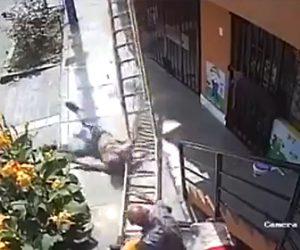 【動画】進路を塞がれた車椅子の男がハシゴを倒し、ハシゴの上で作業をしていた作業員が落下してしまう衝撃映像