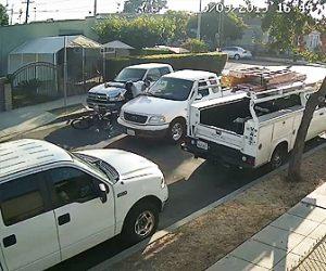 【動画】車の脇から道に飛び出した自転車がピックアップトラックに激突してしまう衝撃映像