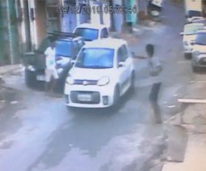 【動画】強盗が走る車に銃を向け車を奪おうとするが、車は止まれず…