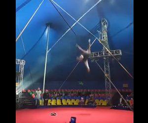 【動画】大勢の客の前で綱渡りをするパフォーマーが床に落下してしまう衝撃映像