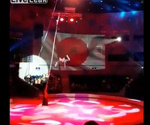 【動画】ロープを使った空中パフォーマンスでパフォーマーの少女が6mの高さから落下してしまう衝撃映像
