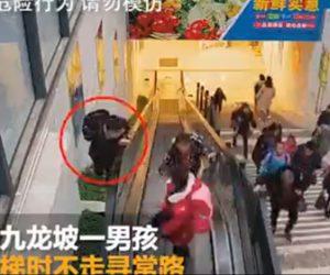 【動画】エスカレーターの脇を登る学生が隙間に落下してしまう衝撃映像