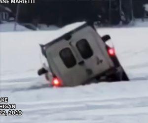 【動画】凍った湖の上を走る4WD車が氷が割れてしまい…