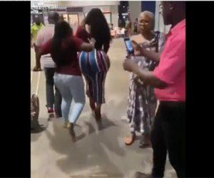 【動画】お尻がプリプリ過ぎる女性が街を歩くと男達が…