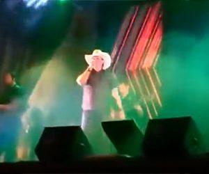 【閲覧注意動画】ステージで歌う歌手が突然心臓発作で倒れてしまう衝撃映像