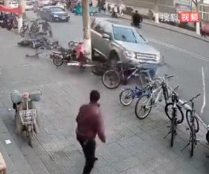 【動画】狭い道でUターンをする車がヤバすぎる衝撃映像
