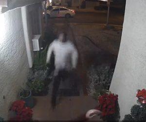 【動画】必死に家に逃げ込もうとする女性に男が遅いかかってくる衝撃映像