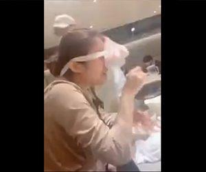 【動画】店員が麺を伸ばすパフォーマンスをするが伸ばした麺が若い女性の顔に巻きついてしまう衝撃映像