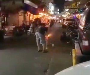 【閲覧注意動画】外国人観光客が新年を祝う花火を上げようとするが花火が顔面に直撃し…