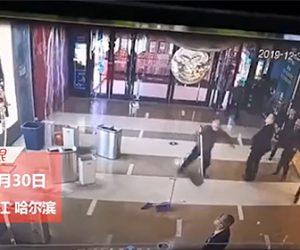 【動画】ショッピングモールの天井が水漏れにより崩れ落ちてくる衝撃映像