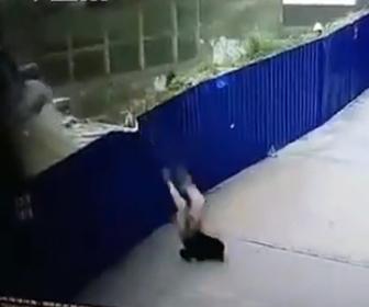 【動画】倒れるクレーン車から運転手が必死に脱出しようとするが…