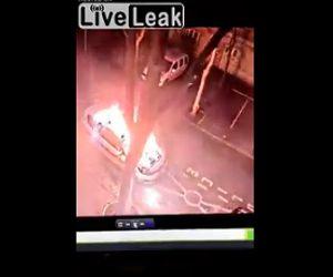 【動画】男が警察車両に燃料をかけ火を付けるが…