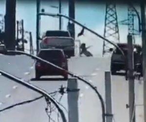 【動画】道を横断する家族が猛スピードのピックアップトラックにはね飛ばされてしまう衝撃事故映像