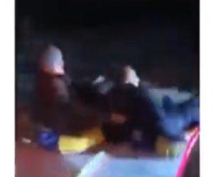 【閲覧注意動画】ゴムチーブに乗った男性2人を車で引っ張るが対向車に正面衝突してしまう衝撃事故映像